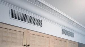 закрепление вентиляционной решетки плинтусом или штапиком