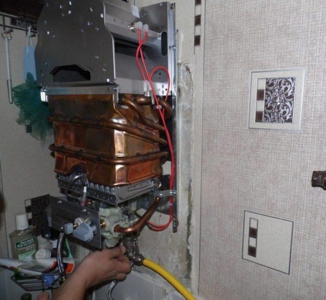 Установка газовой колонки в квартире своими руками: нормы и требования